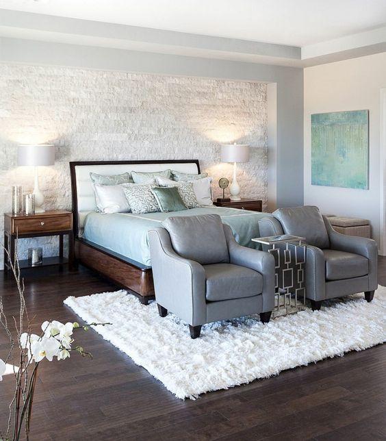 chambre à coucher avec mur de pierre blanche