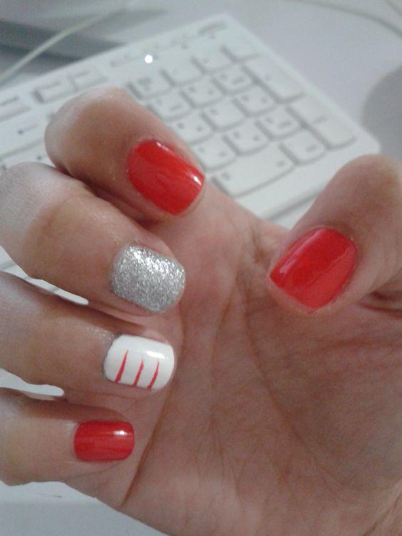 Uñas rojas con decoración plateado y blanca
