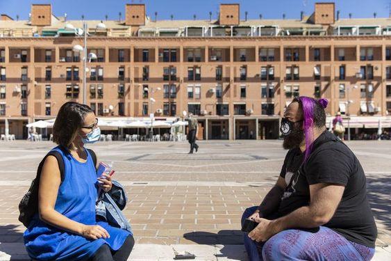 Un momento de la entrevista en la Plaza de la Remonta, en Tetuán. DAVID F. SABADELL