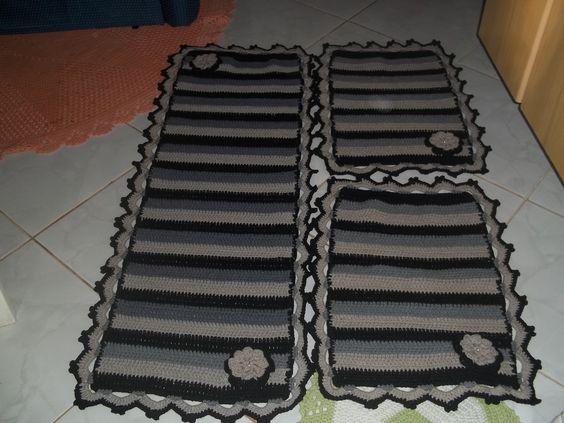 Jogo de tapetes para cozinha com três peças em crochê, composto por uma peça de 120cm x 50cm e mais duas peças medindo 80cm x 50cm, feitas a mão em em barbante 100% algodão.