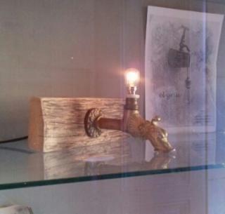 Lámpara aplique o de mesa con grifo antiguo con portalámparas antiguo y base de madera tratada.  50€