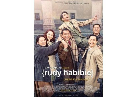 """RUDY HABIBIE Film Framing """"Hanung"""" Banget  Saya sudah nonton RUDY HABIBIE (HABIBIE & AINUN 2) -besutan sutradara Hanung Bramantyo sepertinya masuk genre remaja (BO). Kalau framming jelas lah Hanung banget banyak meng-""""capture"""" hal-hal yang di zaman itu dianggap melawan tradisi termasuk cinta beda agama. Kesan Habibie sebagai Teknokrat tak begitu kuat di situ lebih kuat kisah cintanya. Hal-hal yang agak jadi pertanyaan di film itu di antaranya : 1. Adanya sampah konm di era kolonial Jepang…"""