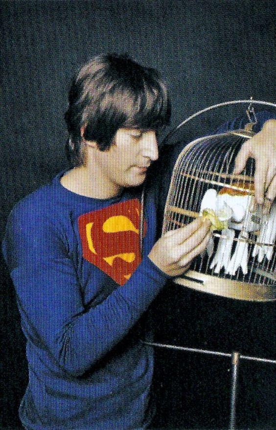 John Lennon usando una camiseta de Superman, posando llamativamente con una sonrisa simple en Vida en analógico en Magazine - Lomography