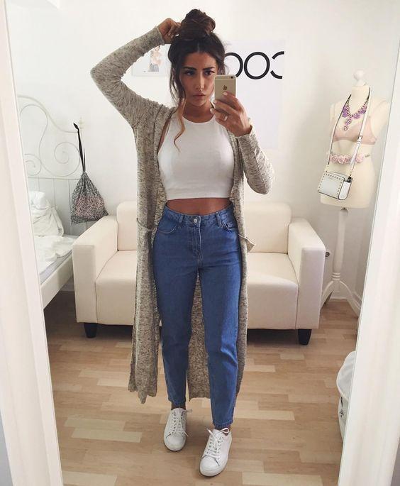 Cropped branco, maxi cardigã cinza, mom jeans, tênis branco