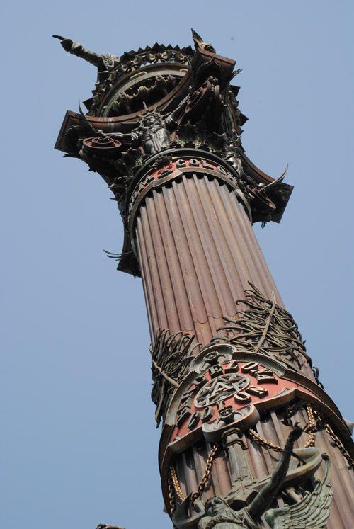 En 1888, se instaló el primer ascensor de Barcelona. Fue en el  monumento a Colón. Colocado en el  interior de la columna . Permite subir hasta la semiesfera situada bajo los pies.  de la estatua, desde donde se divisa la ciudad Lo construyó la empresa londinense Richmond, y tardaba cuatro minutos en recorrer los 59 metros de la columna