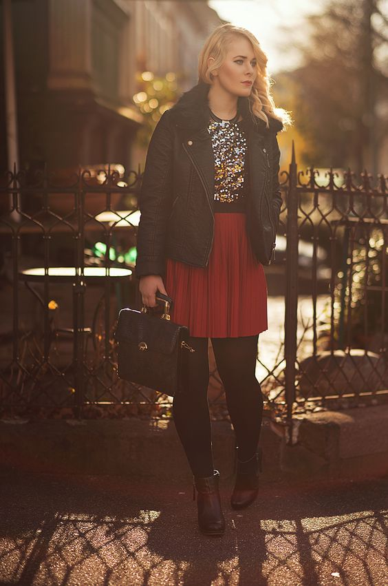 Romantischer Herbst Look von Christina Key mit rotem Plissee Rock und schwarzer Lederjacke
