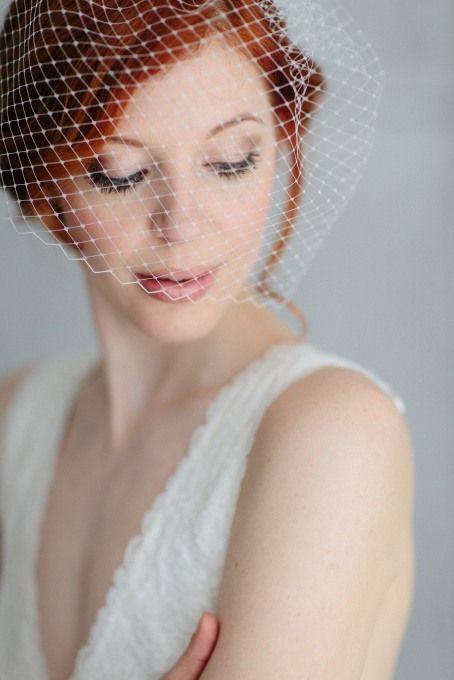 Stilvoller Birdcage Schleier im French Look für die moderne, elegante Braut. Abgerundet wird das schöne Haarschmuck-Modell mit einer schlichten Seidenschleife. Sarah von www.bellejulie.de