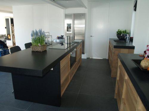 Landelijke rustiek eiken keuken met kookeiland en houten laden ...