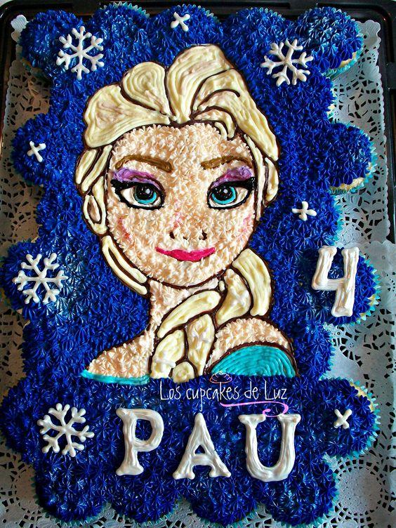 Pastel de cupcakes de Elsa Frozen, los copos de nieve y las letras son de chocolate hechas a mano y con el efecto de hielo. Lo puedes pedir en www.loscupcakesdeluz.weebly.com: