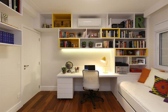 O home office no quarto pode ser montado aproveitando os espaços da parede e otimizando a função dos móveis. Na imagem a escrivaninha serve também como mesa de cabeceira.