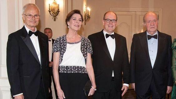 Juan Carlos I junto a Álvaro de Orleans (a la izquierda), Alberto y Carolina de Mónaco en una cena en 2016.