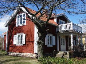 Ferienhaus an der südschwedischen Ostseeküste...  … in Patamalm, ca. 30 Kilometer nördlich der Stadt  Kalmar finden wir dieses bezaubernde, gemütliche und traditionell gebaute schwedische Ferienhaus mit vier Schlafzimmern. Es wurde erst vor kurzem renoviert, jedoch wurde der Charme der alten Bauweise des Hauses beibehalten, sodass es neben dem Komfort der heutigen Zeit weiterhin einen Kachelofen und einen Holzherd im Hause gibt. Zum Haus gehört ein gepflegter Außenbereich mit Gartenmöbeln…