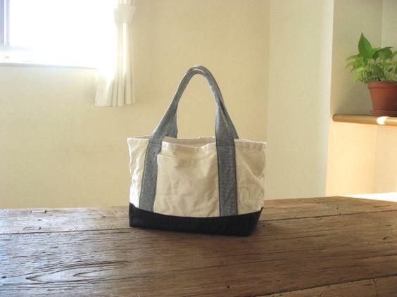 生成りと濃紺の帆布を使ったトートバッグです。持ち手は白と紺が混ざった綿生地を使用。とてもやわらかく、握りやすい生地です。表正面にポケット、中にもひとつ付いてい...|ハンドメイド、手作り、手仕事品の通販・販売・購入ならCreema。