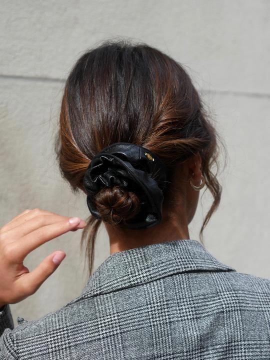 Scrunchie smili black leather - Alison - Scrunchie is back #hairinspo