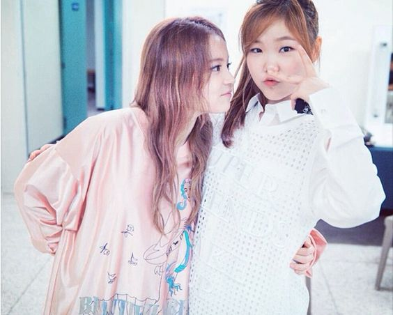 "Lee Hi and AKMU's Lee Soo Hyun Took an Adorable Photo Together | ""Staring silently."""
