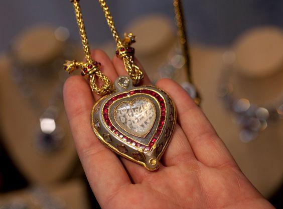 DIAMANTE TAJ MAHAL A peça deslumbrante data de 1627/28, mais um presente que Elizabeth Taylor ganhou de Richard Burton por ocasião do seu 40° aniversário. A lenda é que o Imperador Mughal Shah Jahangir deu o diamante para o filho Shah Jahan, que mais tarde deu a peça para a mulher, Mumtaz Mahal. O diamante foi vendido em leilão por US$ 8,8 milhões em dezembro de 2011.
