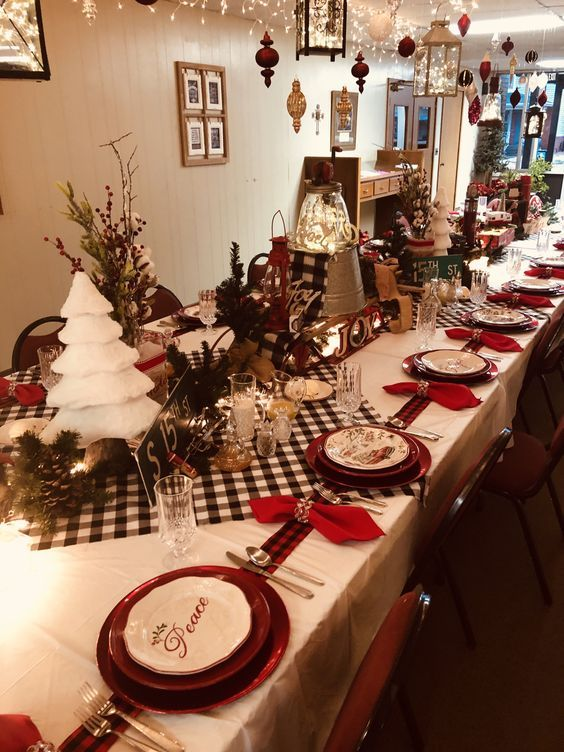 30 Latest Christmas Decorating Ideas That Defines Luxury With Panache Hike N Dip In 2020 Holiday Table Decorations Christmas Table Decorations Christmas Decorations