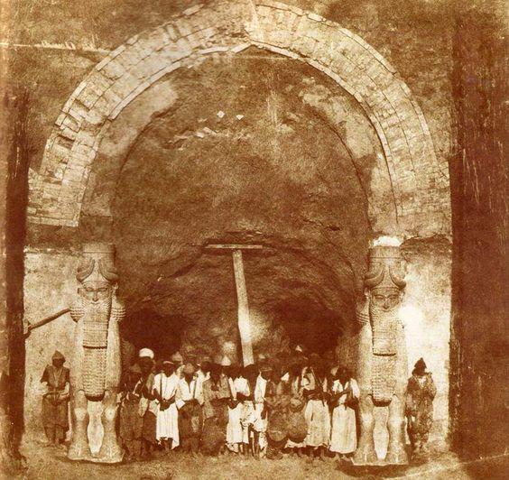 Excavación arqueológica a mediados del s. XIX de la puerta monumental del palacio asirio de Khorsabat. Fotografía de 1853.