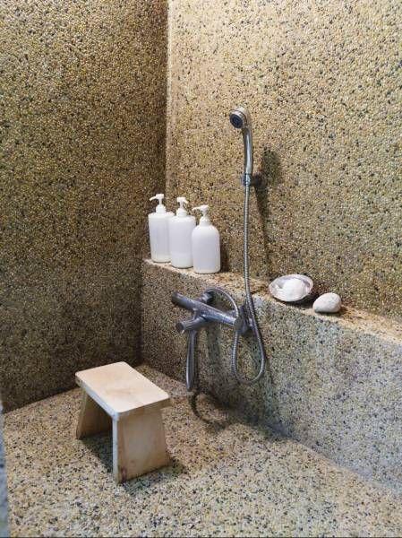 Pebble mosaic in concrete walls