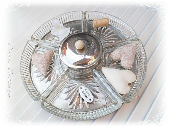 Ein Drehteller mit Servierschalen    - für Snacks, Dips u. Naschereien  - 5 Glasschalen u. 1 runde Glasschale mit Deckel in der Mitte   - auf einem dr