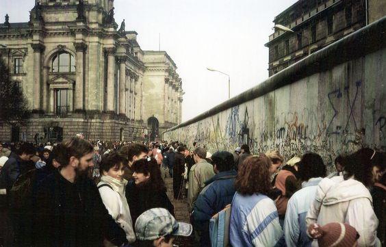 1989 West-Berlin - Berliner Mauer hinter dem Reichstagsgebäude (links im Bild), Demonstranten und Mauerspechte (28. Dez. 1989) ☺