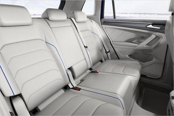 No banco de trás há espaço suficiente para três passageiros VW Tiguan