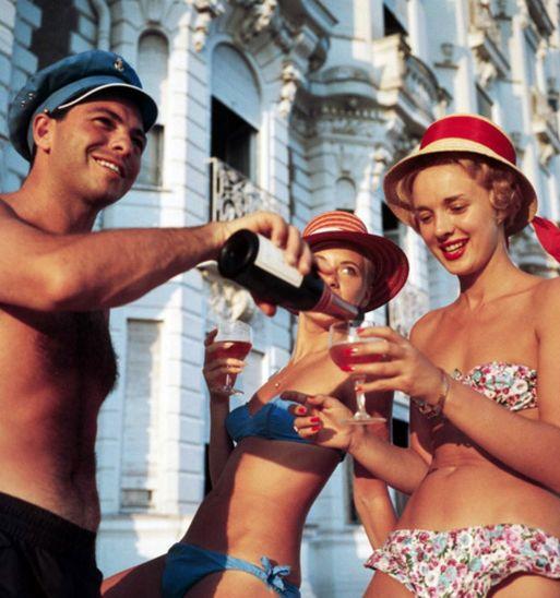 Summer refreshments. Slim Aarons, 1958