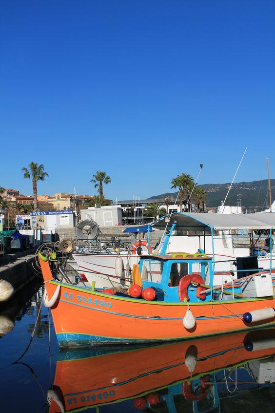 Au bord du Vieux Port d'Ajaccio, les barques de pêcheurs corses.