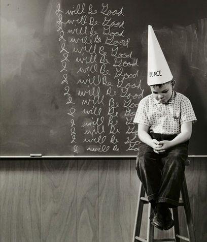 """Noi che abbiamo scritto sulla lavagna decine di volte """"Farò il bravo"""" indossando un cappello con la scritta """"asino"""" senza che la mamma gridasse allo scandalo"""