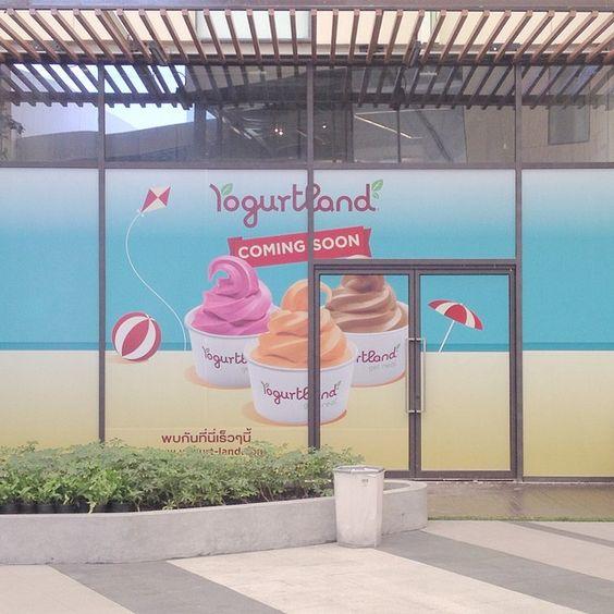 "@yogurtlandthailand's photo: ""สถานีต่อไป เพลินนารี่ มอลล์ Next station Plearnary Mall  อีกอึดใจเดียว เจอกันแน่ค่ะ พร้อมโปรโมชั่นเปิดร้านใหม่ เย้! #yogurtlandthailand #yogurtlandth #yogurtland #froyo #frozenyogurt #comingsoon #coming #soon #plearnary #plearnarymall #opening"""