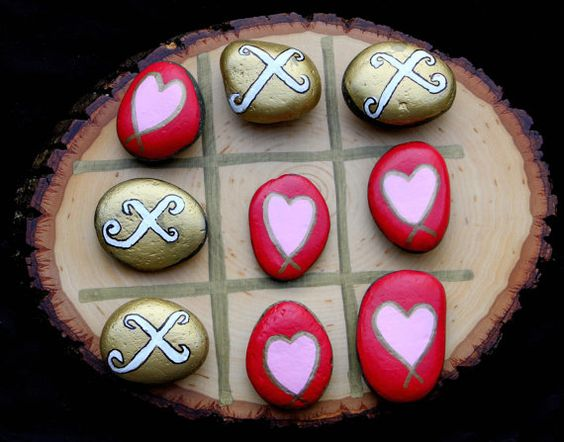 La valeur de capture quelquun a coeur cette Saint Valentin avec cette unique cœur & Kisses TIC-TAC-TOE. Les pièces de jeu sont peints à la