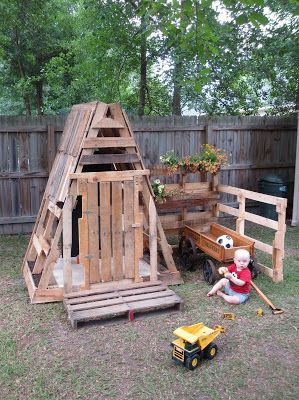 Pallet playhouse wood projects pinterest pallet for Building a wendy house from pallets