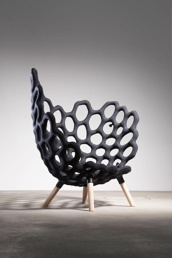 Eine textile Hülle undPolyurethanschaum sind die Zutaten für den Textile Moulded Chair von Studio Hausen.Das Schnittmuster des Endoskelets gibt die Form vor, so wird der Bezug zum Werkzeug im Her...