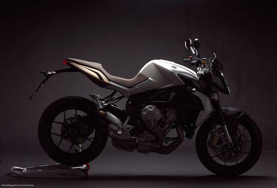 MV Agusta Brutale. Comme Yamaha avec sa FZ8 et Kawasaki avec sa Z, la firme de Varese propose désormais une 800 cm3. Si ce dernier rejeton de la famille Brutale reprend trait pour trait la ligne de la 675, mécanique et partie-cycle se sont bonifiées par rapport à la cadette. Lire l'article sur: http://www.motomag.com/MV-Agusta-800-Brutale.html  #MVAgusta #Brutale #Motomag   @MV Agusta Motor S.p.A. / motomag.com