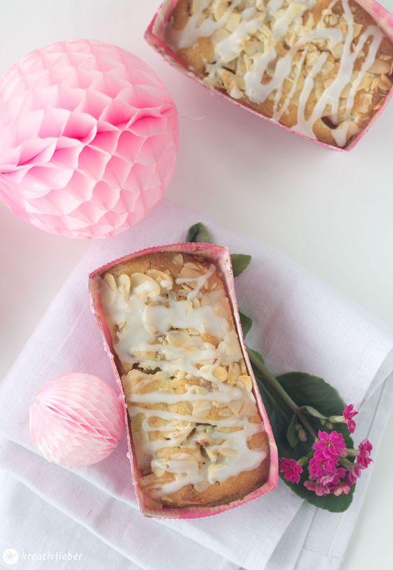 Heute haben wir saftige Rhabarber Mandel Küchlein für euch - schnell zusammengerührt und gebacken und super lecker!