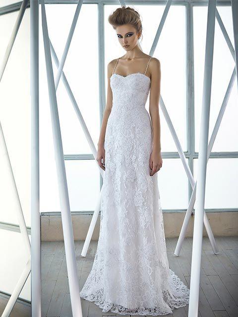 Vestido de novia tipo tubo tirantes delgados escote palabra de honor detalles drapeados