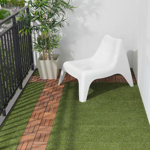 een klein balkon inrichten met grastapijt