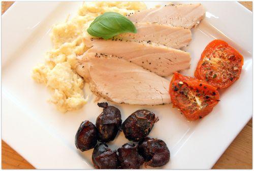 kalkun med baconsurret dadler, ovnsbakt tomat og rotmos.