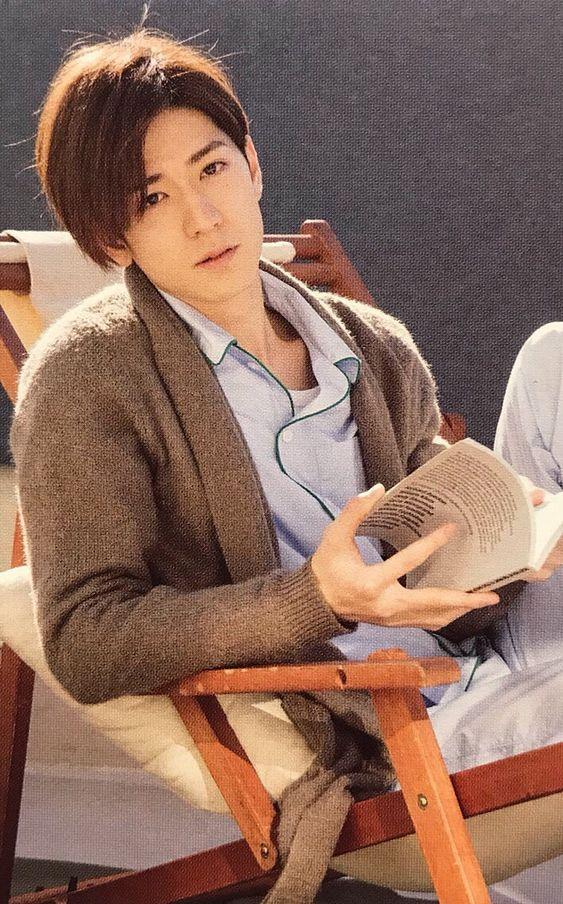本を読む中島裕翔