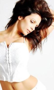 ウエストのくびれが美しいモデルのデニス・ミラーニ