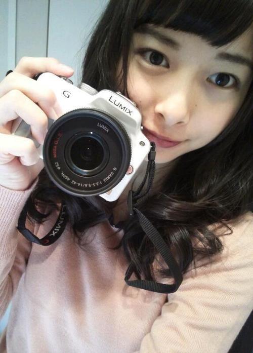カメラを持っている相葉香凛の可愛い画像