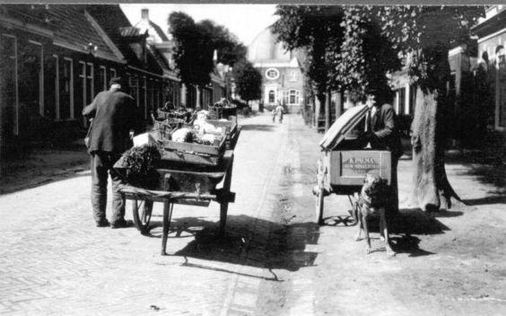 De Buorren te Berlikum met op de voorgrond een handkar van een groentenboer en een hondenkar van bakker Klaas Palma, circa 1927.
