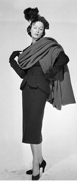Los trajes volvían a ser la parte principal del ropero de muchas mujeres. La mayoría de las faldas eran estrechas y llegaban a media pierna. Las chaquetas eran entalladas y presentaban un pequeño faldón, así como una solapa muy marcada, pero que no era muy larga. 1950 - Balenciaga Wool Suit with Velvet Wool Stole, photo by Walter Carone