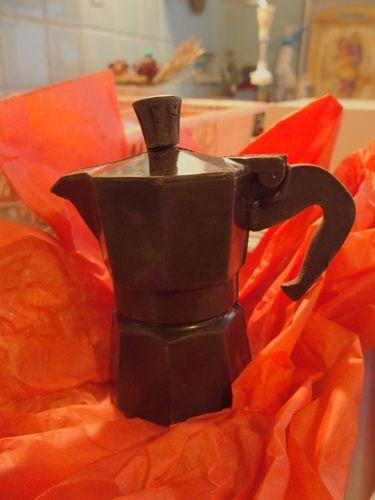 La cafetière en chocolat : Un petit cadeau de Noël, on fait ce qu'on peut par là.  [vendredi 25 décembre 2015 16h, kitchen inside view] | gilda_f