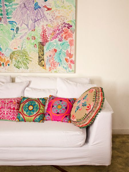 Cojines rosa, verde pistacho, azul, crema y sofá blanco/ cushions pink, green pistachio, blue, cream and white sofa