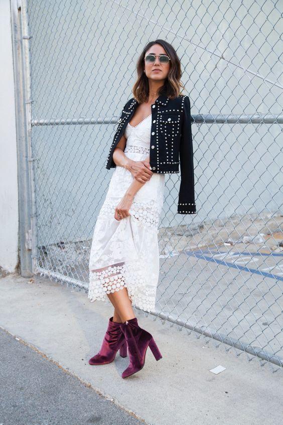 9 produções inspiradoras com skinny boots. Vestido de renda branco, jaqueta com tachinhas, ankle boot de veludo