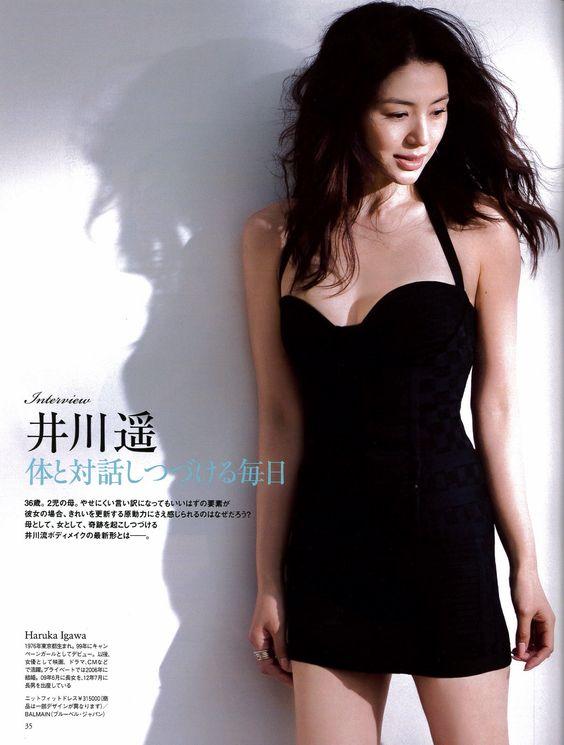 井川遥の黒い衣装
