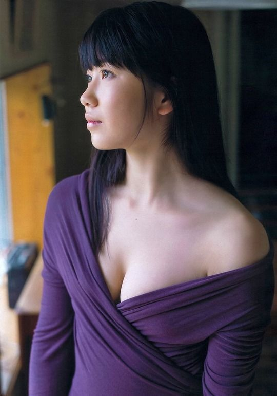 紫色のトップスの横山由依のかわいい水着・セクシーグラビア