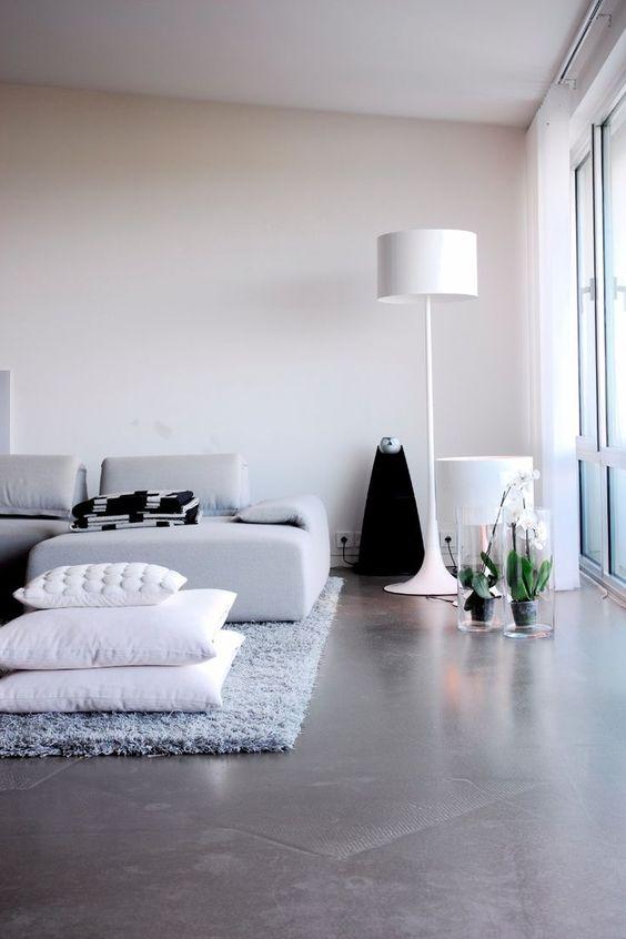 Sala de estar simples decorada com piso de cimento queimado ...