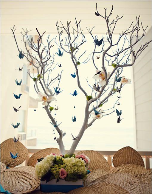Avec un peu d'imagination et du papier, il est possible de décorer votre salle de réception…avec ce que l'on appelle communément des cocottesou plutôtla représentation la plus célèbre d'origami (art du pliage du papier), la grue. En faisant des guirlandes de grues ou suspendues à un arbre, vous pouvez faire une déco très chic et